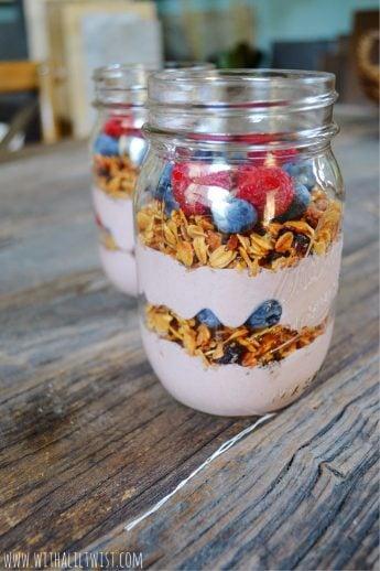 Acai Breakfast Parfait, Healthy yogurt parfait, acai recipes, acai breakfast recipes, healthy breakfast ideas