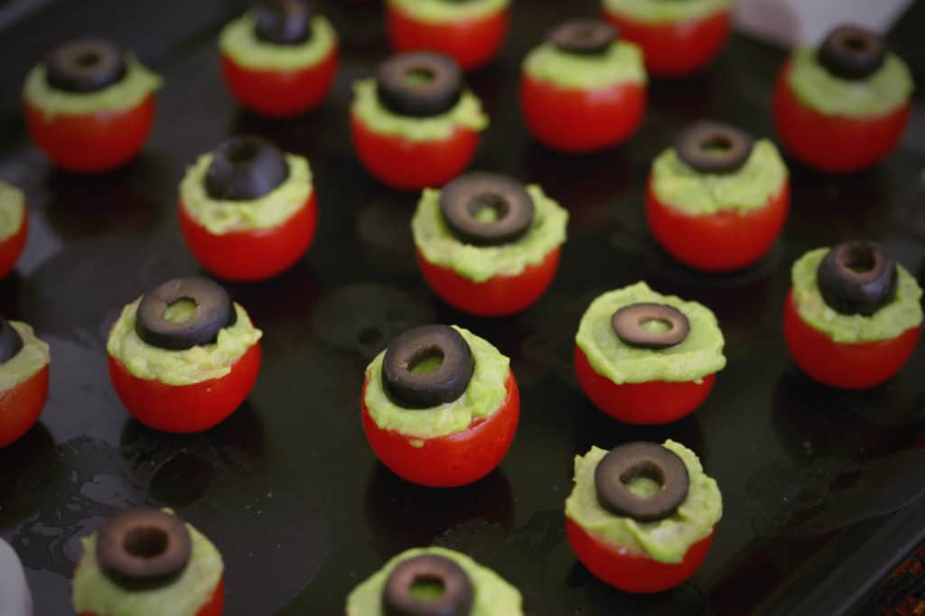 halloween eyeballs, halloween eyeball snacks, halloween party food eyeballs, edible eyeball recipes halloween, halloween party snacks, healthy halloween snacks