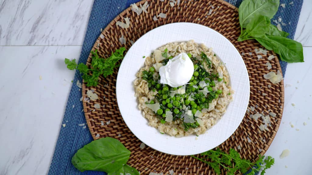 Greeny Savory Oatmeal, oatmeal with egg, savory oatmeal with poached egg, sauteed spinach oatmeal, simple savory oatmeal, low calorie savory oatmeal recipes, what to eat for breakfast, healthy breakfast ideas