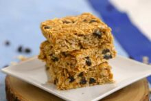No Bake Peanut Butter Oatmeal Bars, healthy oatmeal bars, vegan granola bars, oatmeal bar recipe, no bake recipes, oatmeal raisin bars, easy breakfast ideas, healthy breakfast meal prep, healthy no bake oatmeal bars
