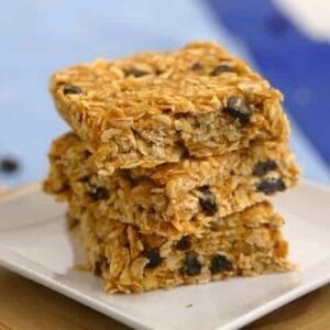 No Bake Peanut Butter Oatmeal Bars, healthy oatmeal bars, vegan granola bars, oatmeal bar recipe, no bake recipes, oatmeal raisin bars, easy breakfast ideas, healthy breakfast meal prep, healthy no bake oatmeal bars