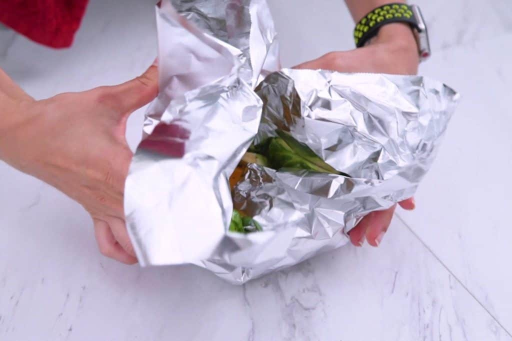 How to make foil packet dinners, foil packet meals, foil dinners in the oven, easy meal prep dinners, cheap meal prep, easy foil dinners, camping meal ideas, tin foil dinners in the oven