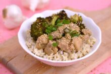 Healthy sesame chicken lunch bowls, lunch meal prep recipes, sesame chicken and broccoli meal prep, meal prep recipes chicken, Chinese chicken and broccoli, chicken rice bowl, healthy lunch ideas for work, cheap meal prep