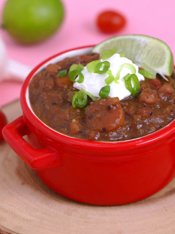 Slow cooker vegetarian chili recipe, slow cooker chili with dried beans, vegan chili slow cooker, healthy vegetarian chili, crock pot vegetarian chili, healthy vegetarian dinner ideas, vegetarian meal prep, vegetarian bean chili, meal prep dinner ideas, meal prep recipes