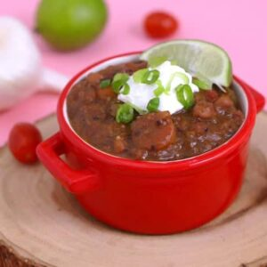 Healthy slow cooker vegetarian chili, slow cooker chili, how to make chili in a slow cooker, easy vegetarian chili crock pot, healthy vegetarian dinner recipes, slow cooker bean chili, easy chili recipe slow cooker, meal prep dinner recipes, healthy meal prep ideas